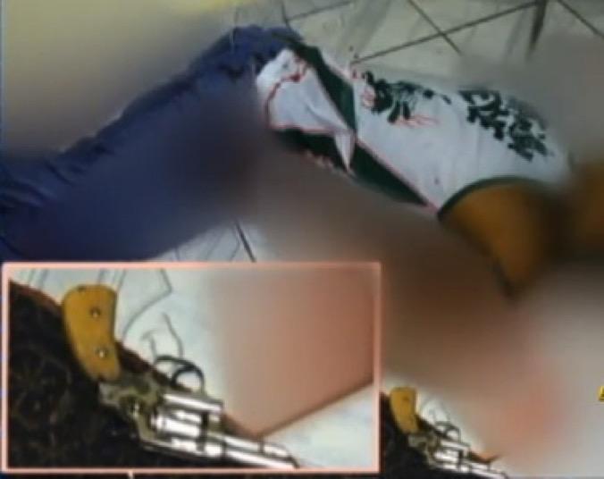 No destaque, o revólver calibre 32 plantado por dois PMs ao lado do corpo do pedreiro Vagner de Sousa Ribeiro, um homem negro de 32 anos, executado quando estava dominado | Reprodução