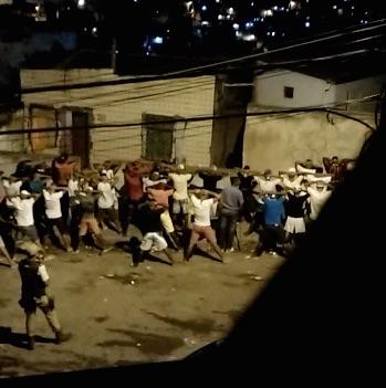 Abordagem de PMs em Sussuarana/ Foto: morador da comunidade