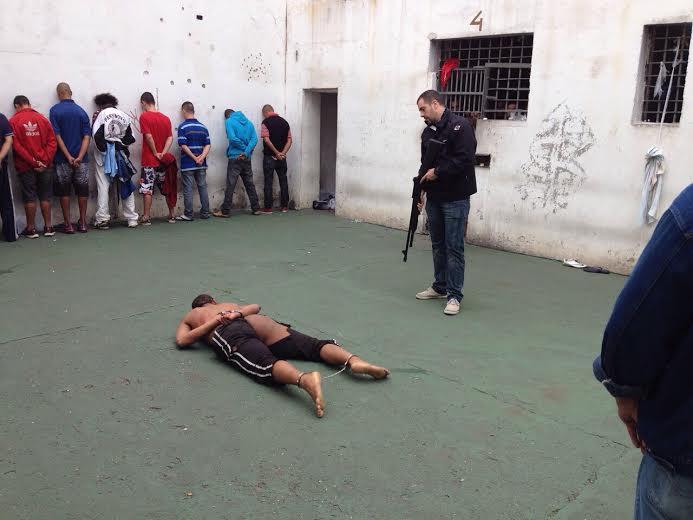A travesti Verônica Bolina rendida na carceragem da delegacia do Bom Retiro, região central de SP