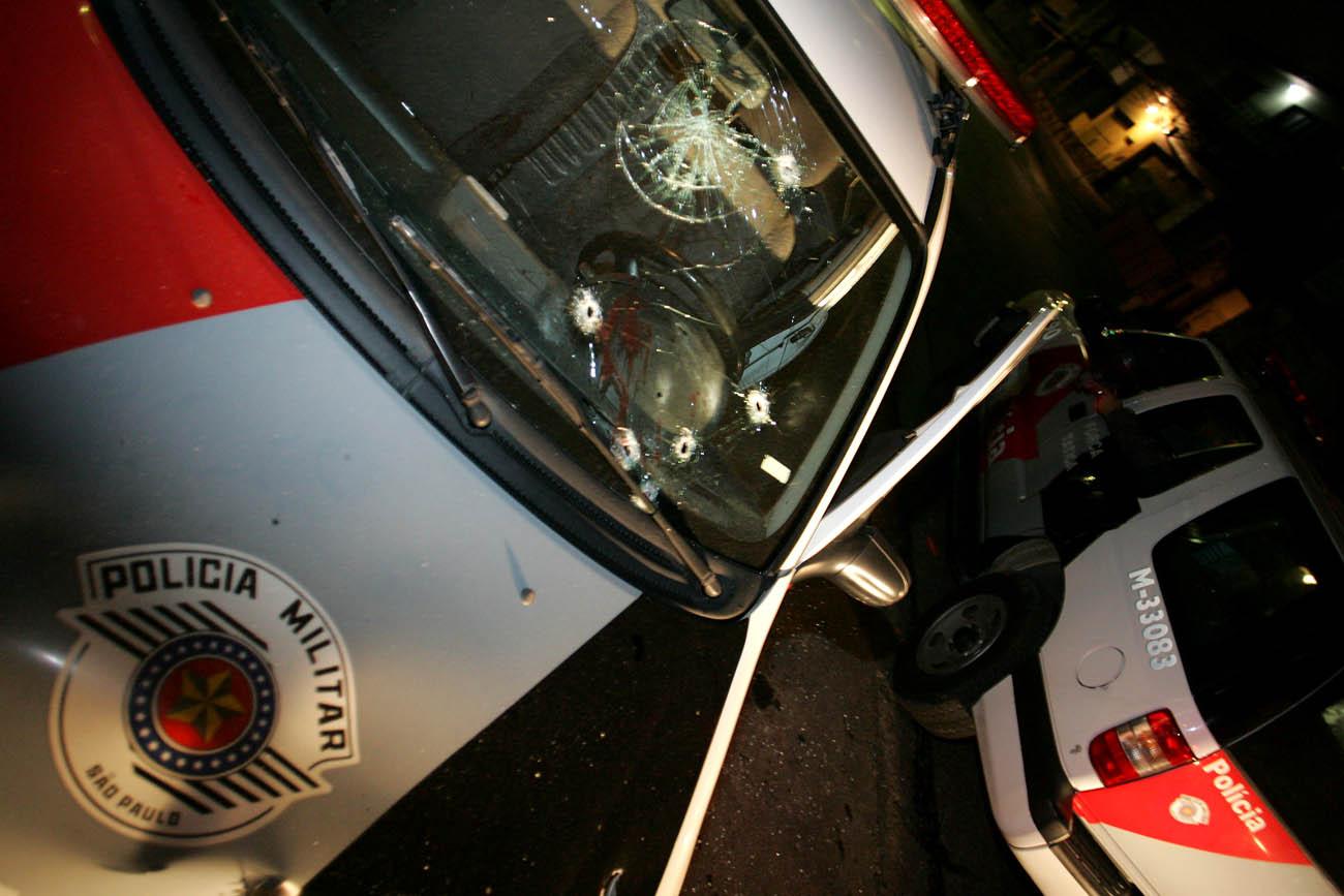 Viatura da PM atacada na ponte dos Remedios. Um policial morreu (Foto: André Porto)