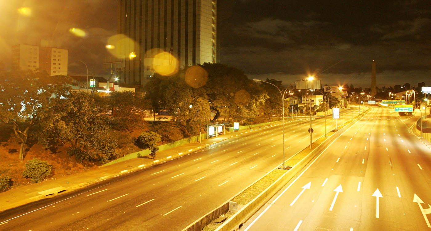 A cidade de Sao Paulo ficou vazia durante a madrugada. Na imagem, a avenida 23 de maio (Foto: André Porto)