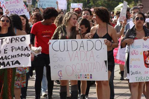 Feministas protestam contra violência de gênero| Foto: reprodução