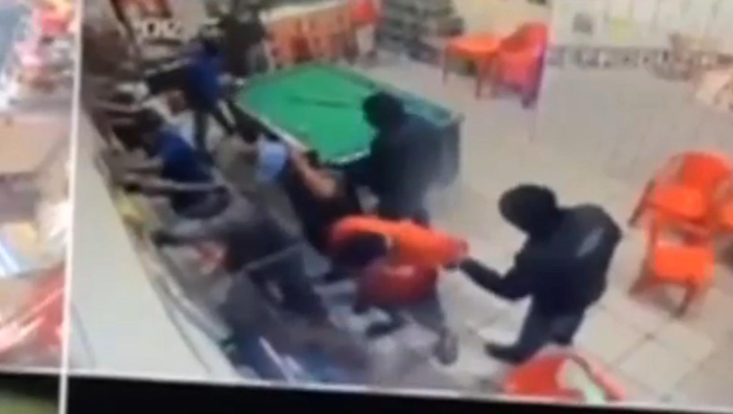 Bandidos perguntaram às pessoas em bar de Barueri quem tinha passagem na polícia para selecionar quem seria executado