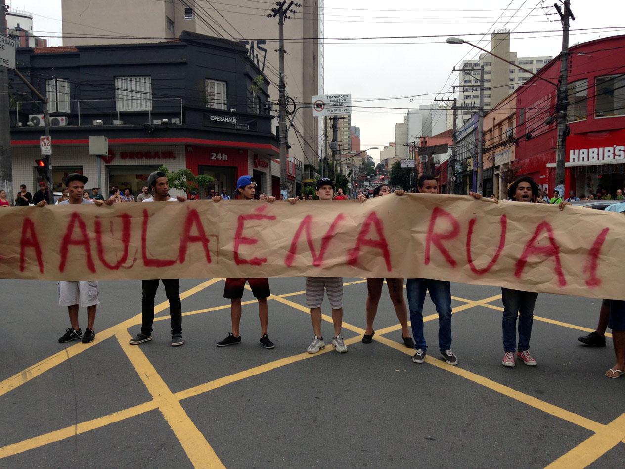 Estudantes protestam contra fechamento de escolas. Foto: Sheila Calgaro