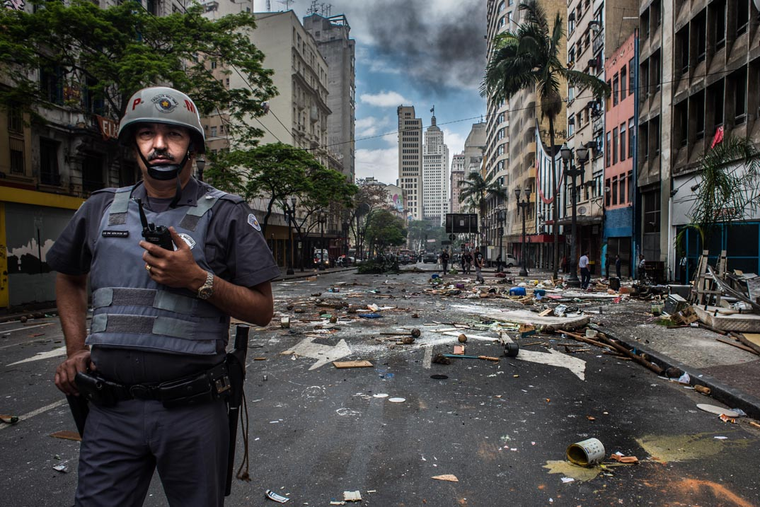 Policial Militar em reintegração de posse na avenida São João, em São Paulo (16/11/14). Foto: Rafael Bonifácio/Ponte Jornalismo