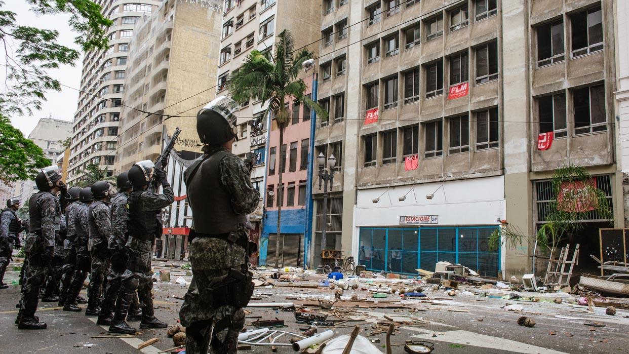 PMs atiram bombas de gás contra mulheres e crianças sem-teto (16/11/14). Foto: Caio Palazzo/Ponte Jornalismo