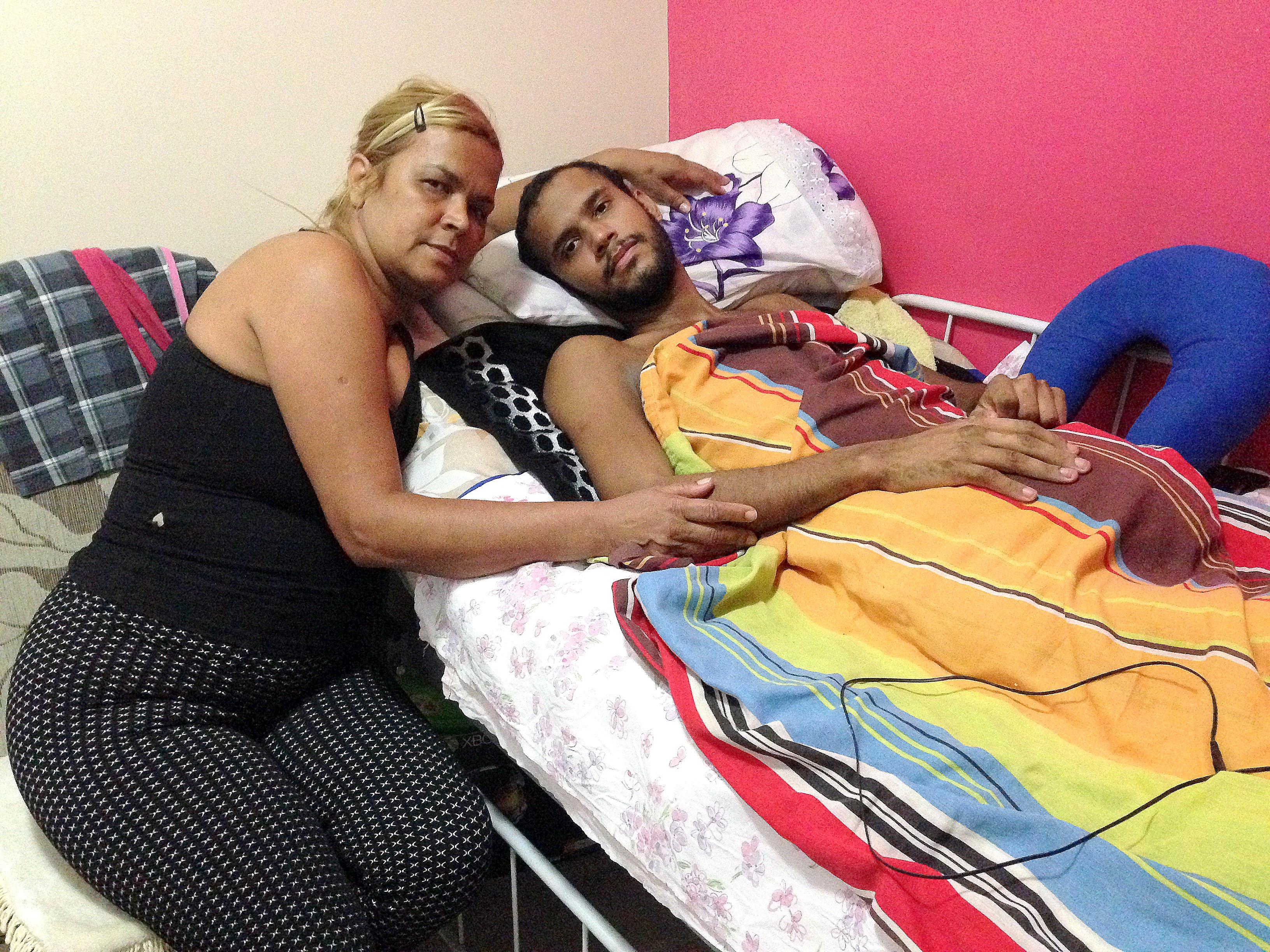 Vitor com a mãe. Foto: Luiza Sansão/Ponte Jornalismo