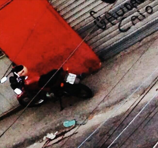 Moto de Francelino no local onde o mototaxista foi morto. / Foto enviada à Ponte