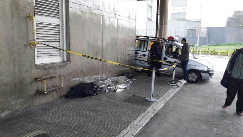Local onde morador de rua foi encontrado morto no fim da madrugada (reprodução)