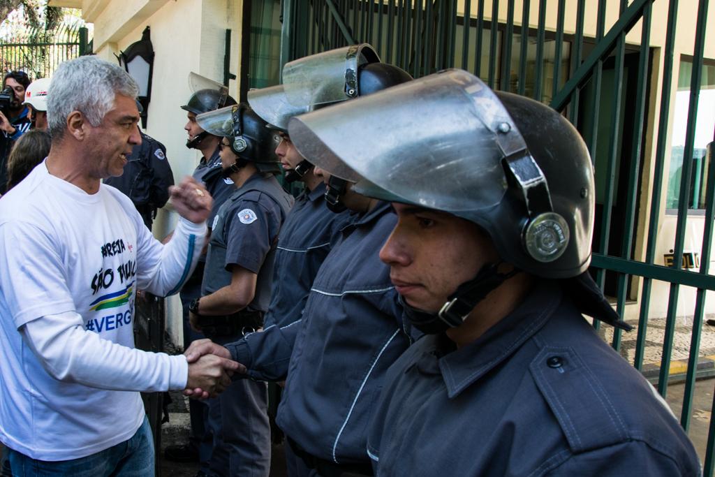 Deputado José Olímpio cumprimenta policiais  Foto: Daniel Arroyo/Ponte