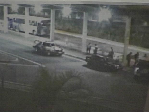 Momento em que os PMs abordaram os três jovens em um carro roubado no Terminal Rodoviário de Poá, na Grande SP (Foto: Divulgação/Corregedoria da PM)