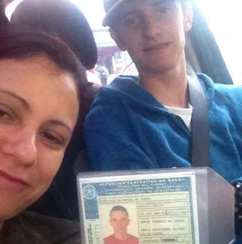 Vinícius posa com a mãe, Sueli, na primeira vez que dirigiu um carro com carteira de habilitação, há 20 dias - Foto: Arquivo Pessoal