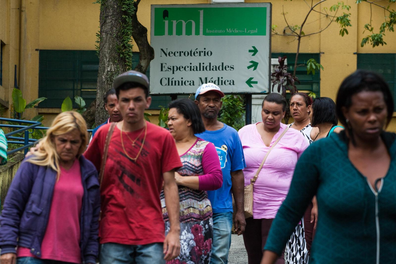Familiares de jovens que estavam desaparecidos foram o IML Central de São Paulo na segunda-feira (07/11) tentar reconhecer os corpos - Foto: Sérgio Silva, da Ponte Jornalismo