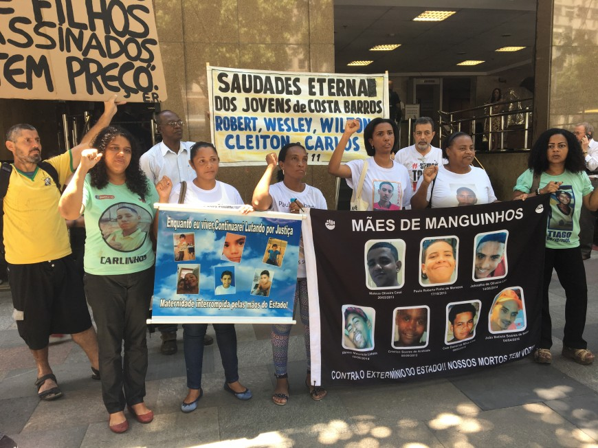 Familiares de vítimas da Chacina de Costa Barros e de outras favelas em ato na porta do TJ-RJ. Foto: Luiza Sansão