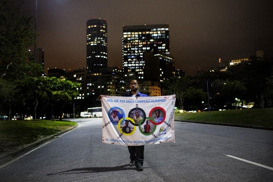 Carlos do Carmo com a bandeira que se converteu no símbolo da luta contra o genocídio dos jovens. Foto: Alejandro Olivares/Agência Pública