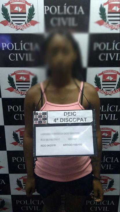 Foto de Whatsapp vazada mostra suspeito exibindo cartaz com dados em delegacia
