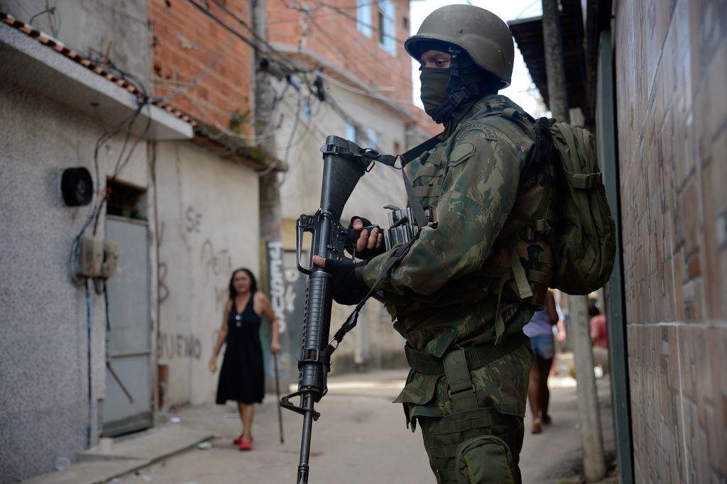 Fuzileiros navais participam de operação na favela Kelson s 4d1e3ecb9f1