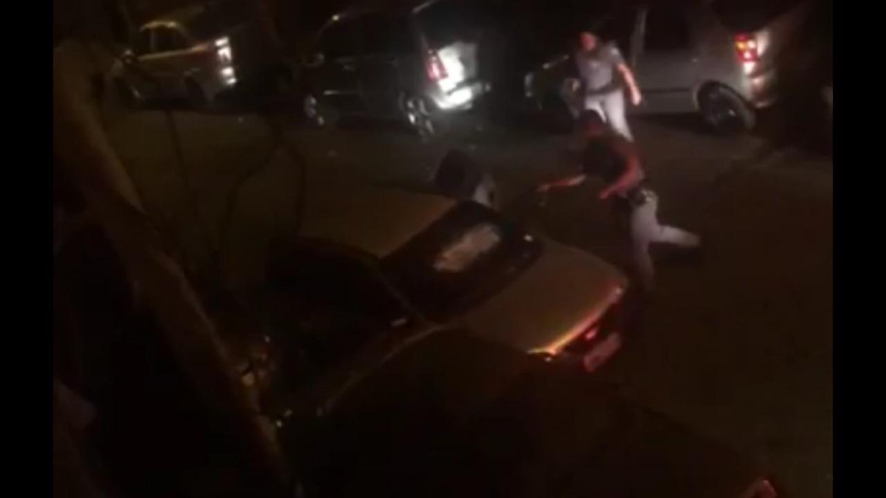 Бразильские полицейские разбивают стёкла и прокалывают шины в помешавшем им автомобиле (видео)