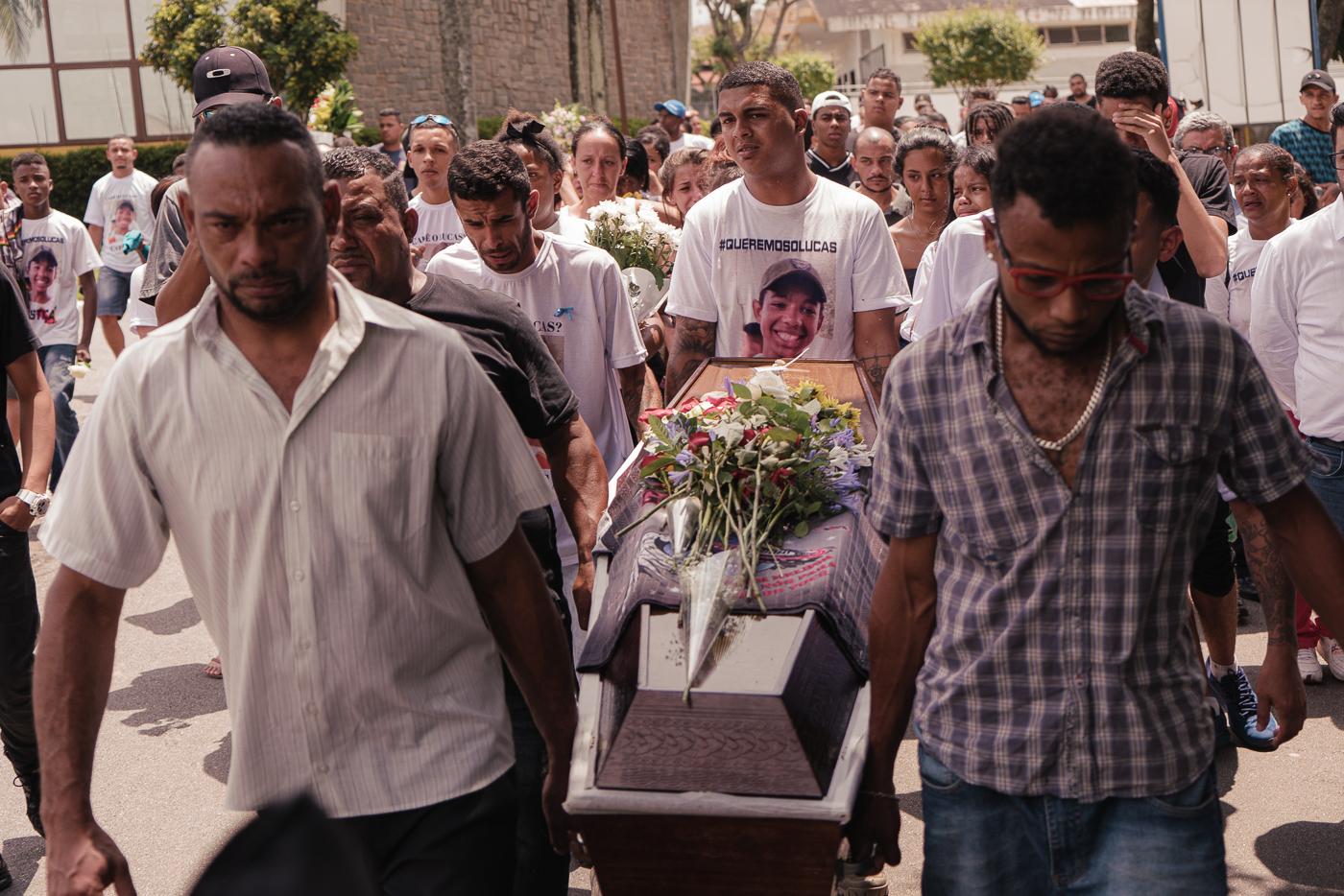Похороны похищенного и убитого бразильской полицией подростка. Его мать арестована при даче показаний против убийц