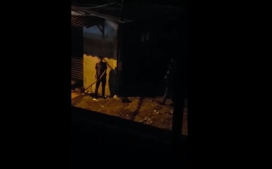 Бразильский полицейский со смехом бьёт палкой проходящих людей (видео)