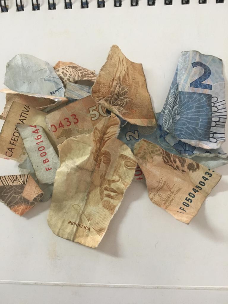 PMs adotam a prática de rasgar dinheiro durante abordagem a negros