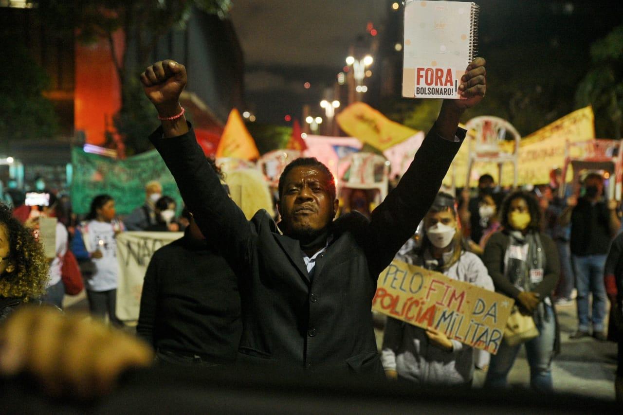 Manifestante foi à avenida Paulista, na noite de sábado (8/5), para protestar contra ação da Polícia Civil fluminense na favela do Jacarezinho - Foto: Daniel Arroyo/Ponte Jornalismo