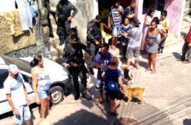 Policiais carregam homem baleado no Areião, São Bernardo do Campo